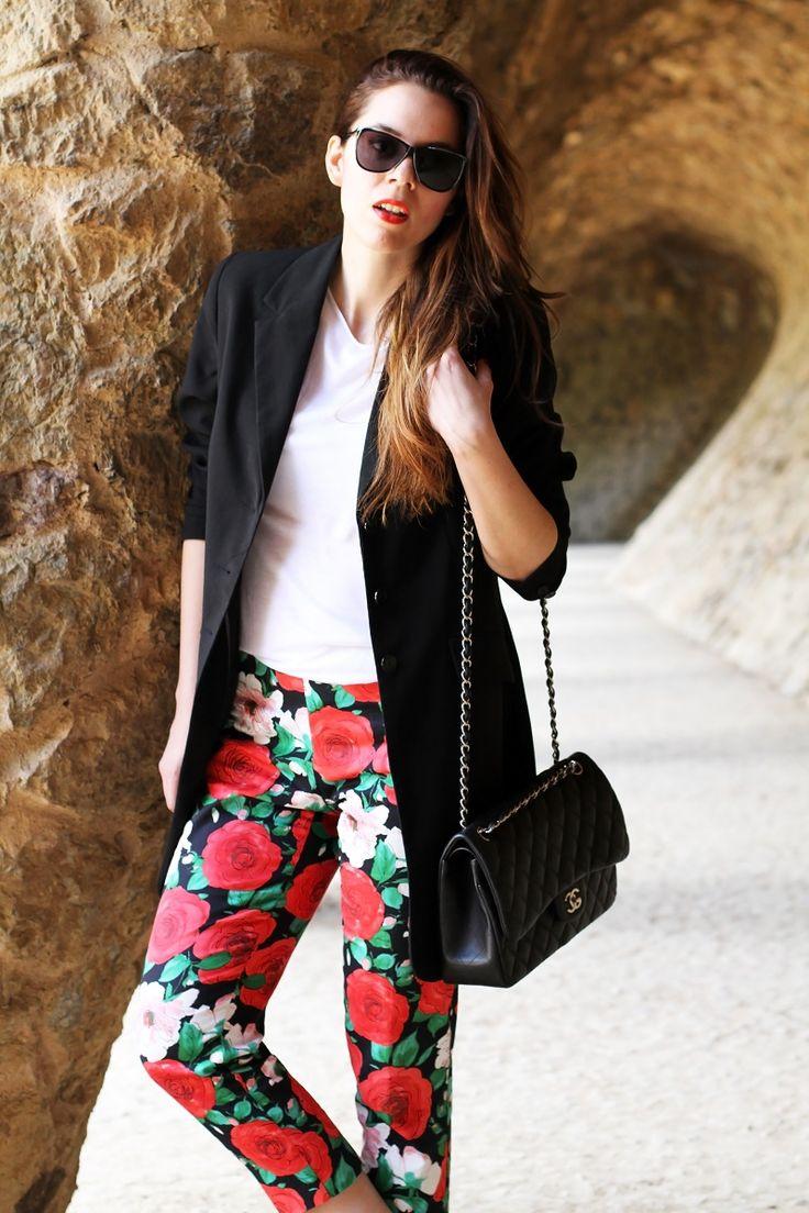 pantaloni fiori | pantaloni floreali | blazer nero | giacca nera | spolverino nero | chanel borsa | chanel 2.55 | chanel jumbo | occhiali da sole neri | maglia bianca | fashion | moda | look | outfit | streetstyle | parc guell | barcellona | colonnato parc guell   5