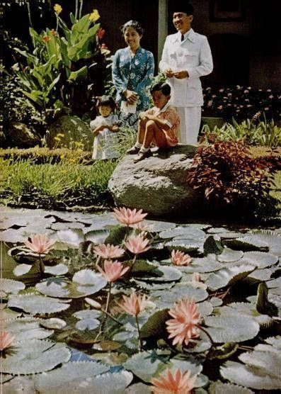 Soekarno and Fatmawati with their children