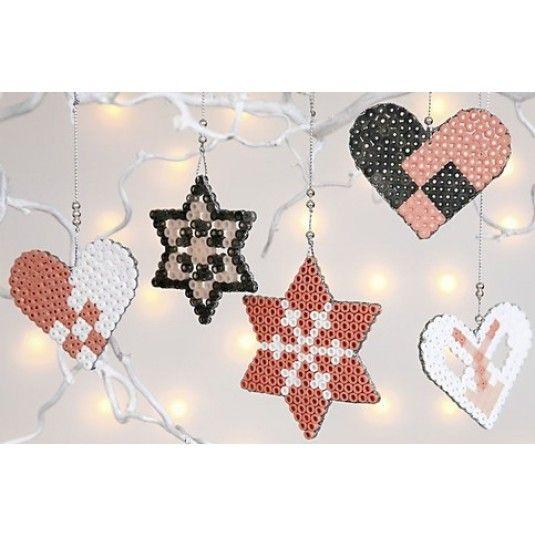 Julepynt du selv kan lave. Perler i lidt utraditionelle farver er sat på plader og smeltet sammen ved strygning med bagepapir imellem. Dekoreret på kanten med 3D sølvliner. Ophængt i sølvtråd med voksperle