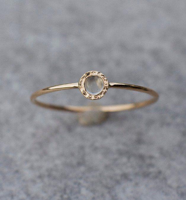Tiny Mondstein Ring in 14 Karat Gelbgold handgefertigt. Zart, einzigartige Stapelring, der allein oder mit anderen Stapel Ringe getragen werden kann. Ich schnitt das Herz in der Rückseite dieses...