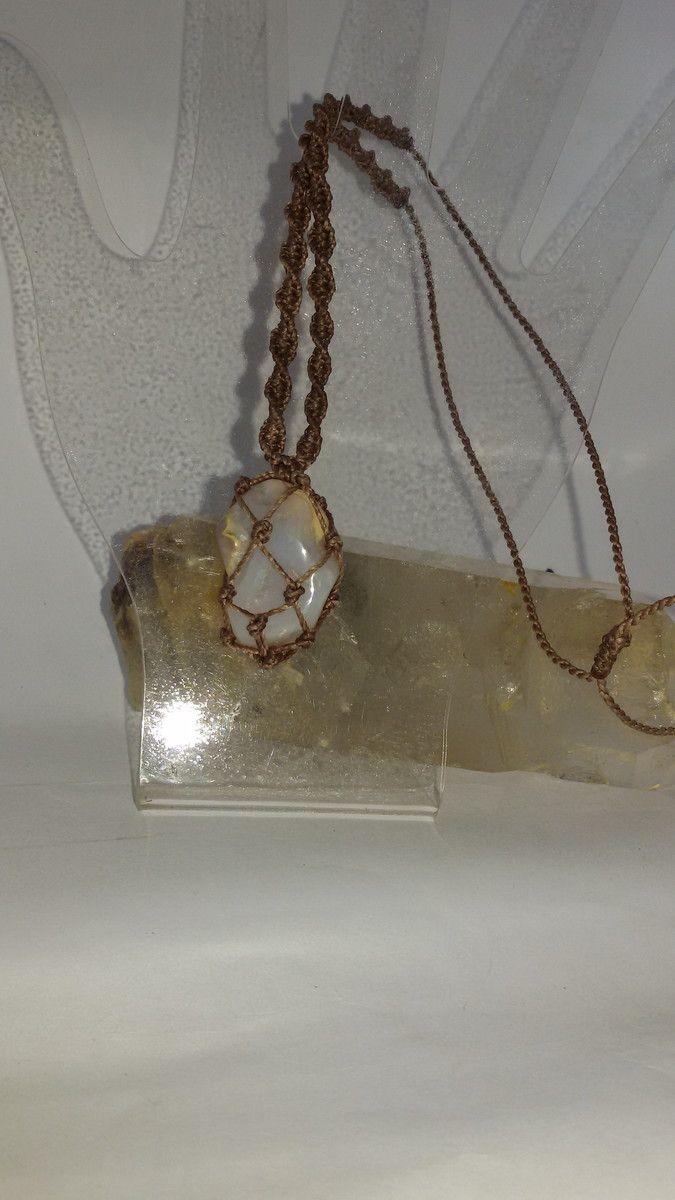 Lindo colar regulável com pedra bruta natural Opala, castroada em macramê na redinha. Tamanho aproximado da pedra: 3 X 2,5 cm