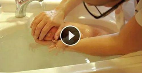 Ein Baby zu waschen kann eine schwierige Aufgabe sein. Einige Babys finden Baden wunderbar und andere sträuben sich dagegen! Ein Baby zu waschen verlangt Geduld & man braucht eine gute Technik. Die Krankenpflegerin in folgendem Video zeigt ihre spezielle Technik ein Baby zu waschen. Vielleicht erschrickst du auch ein bisschen worauf sie ein Baby wäscht …