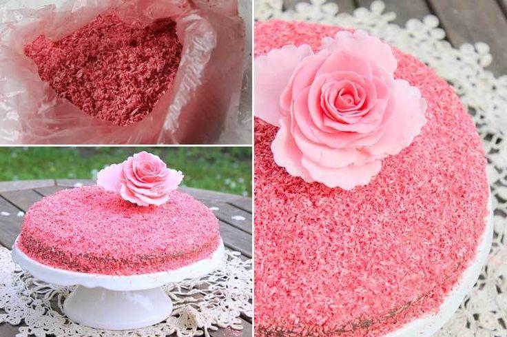Anneler Günü Pastası   -  Nesrin  Kismar #yemekmutfak.com Anneler günü için çilekli veya böğürtlenli olarak yapabileceğiniz çok özel bir pasta tarifi, üstelik görünümü gibi tadı da muhteşem. Bu harika pastayı hazırlarken internette gördüğüm bir pasta tarifinden ilham aldım. Anneler günü için pastanızın dışını hayalinizde sevdiğiniz renklere boyayıp sevdiklerinize sunun istedim. Bu renkli görüntüyü elde etmek çok kolay.