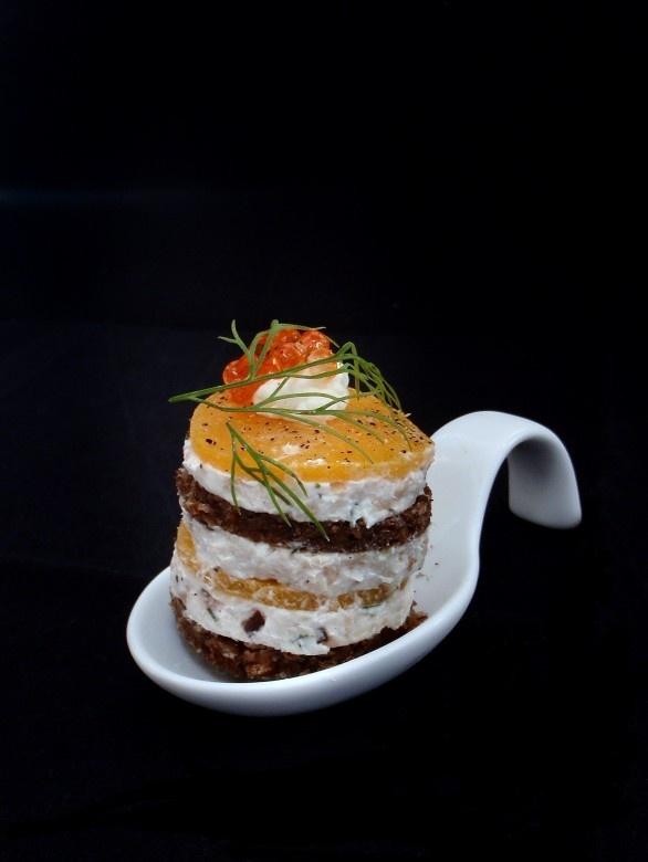 Tartar von der Kärntna Laxn (Seeforelle) auf Pumpernickel - ein ideales Fingerfood, schnell und leicht gemacht http://www.loystubn.at/blog/loystubn/tartar-von-der-geraucherten-karntner-laxn
