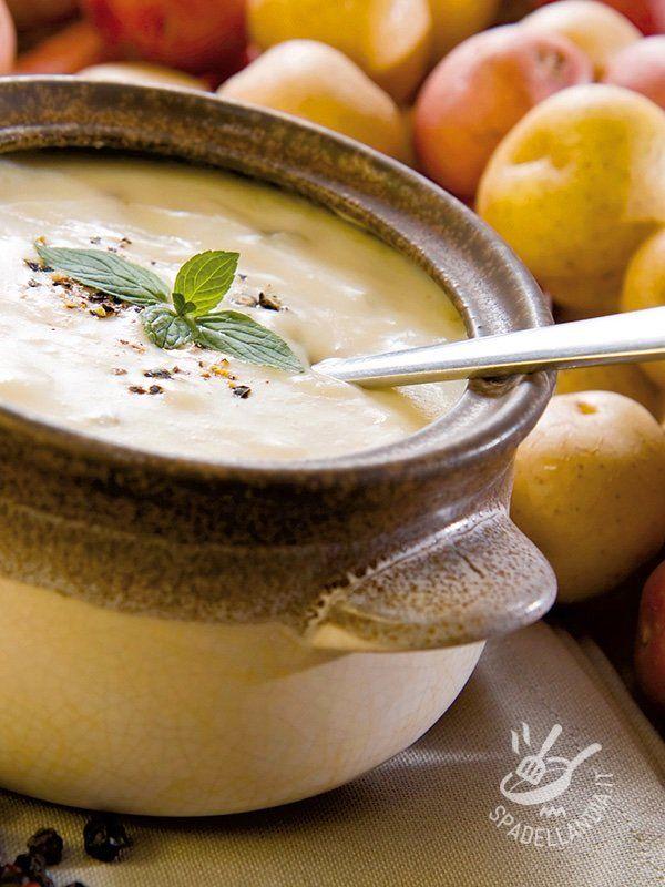 Servite la vellutata di patate gialle e rosse bella fumante, con olio a crudo, aromatizzata con foglioline fresche di mentuccia e insaporita con pepe nero. #vellutatadipatate
