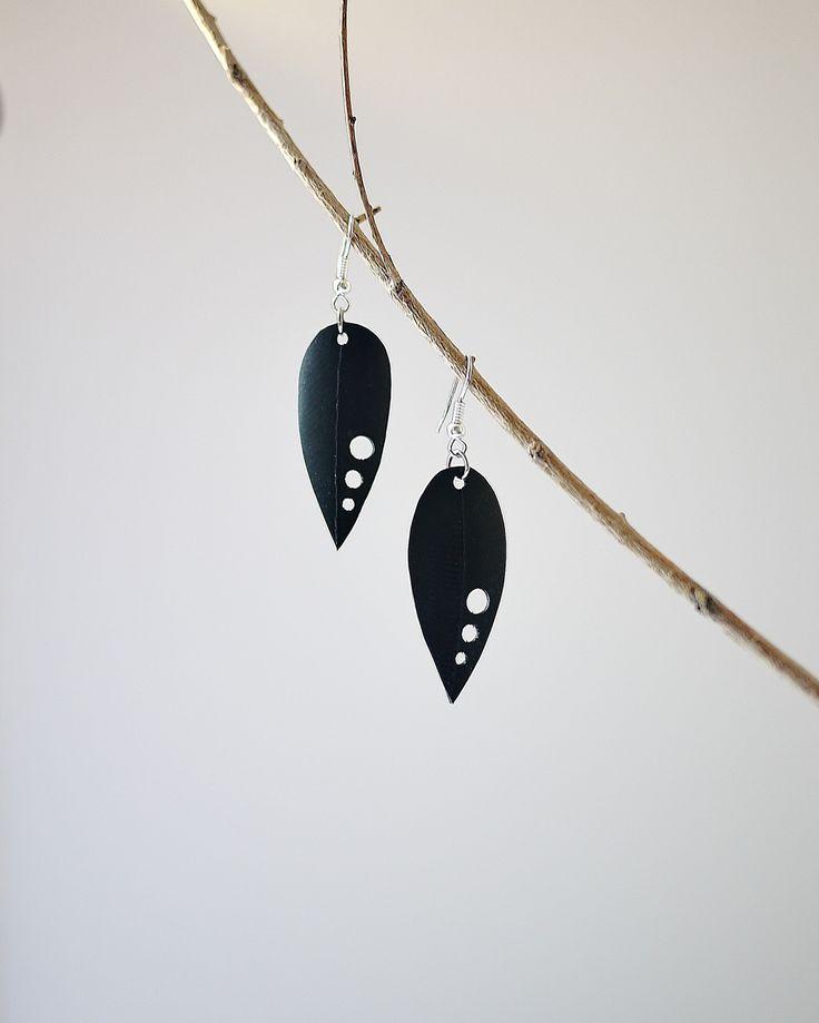 Boucles d'oreilles - Chambre à air recyclée. http://www.babiolescoquettes.com/#!boucles-doreilles-chambreaair/cj6q