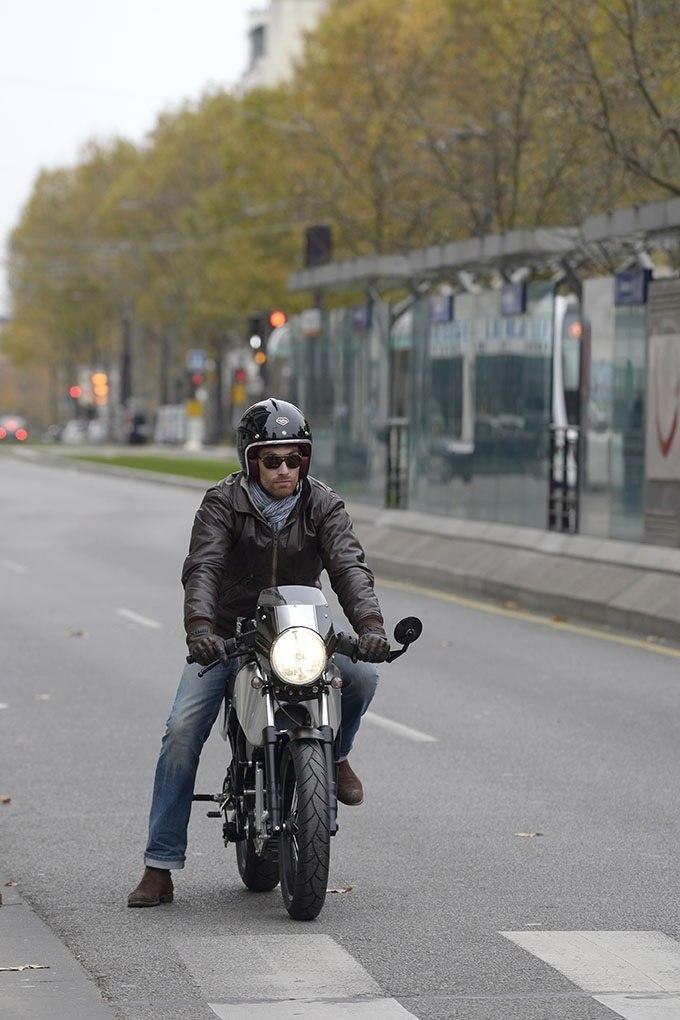 Электробайк H-Ker Французская компания H-Ker, специализирующаяся на создании электрических мотоциклов, представила новый концепт электробайка, который воплотил в себе современные технологии и классический британский ретро дизайн. При этом внешне он практически не отличается от традиционного мотоцикла с двигателем внутреннего сгорания. Единственный отличие – у него отсутствует привычная выхлопная труба. Модель H-Ker Electric Racer на текущий момент представлена в четырех цветовых решениях…