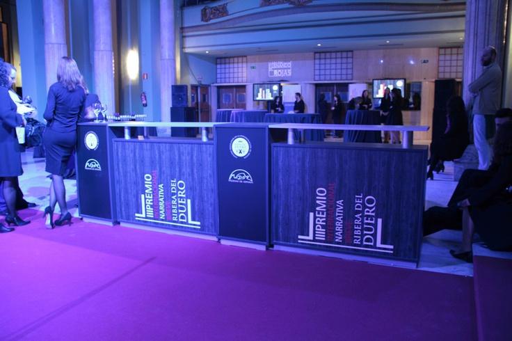 La zona de acreditación para los cientos de invitados también se vistió acorde a la decoración del evento.