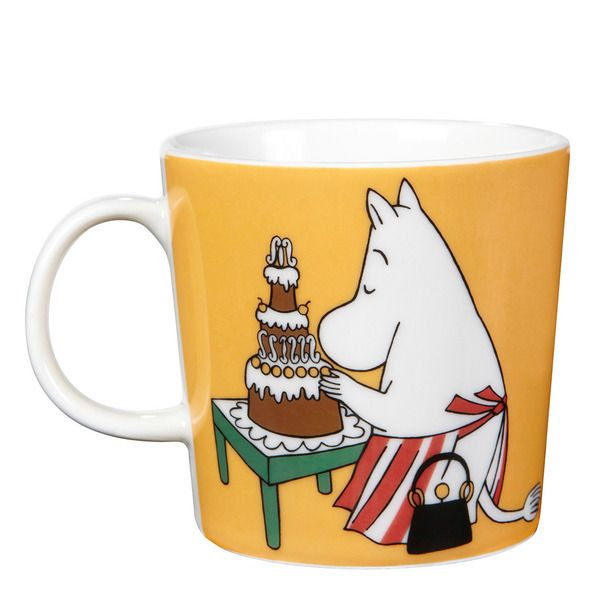 The new 2014 Moominmamma mug features illustrations by Tove Slotte-Elevant and it shows Moominmamma arranging for a party. It is set to be released together with the new Moominpappa mug and they go really well together.