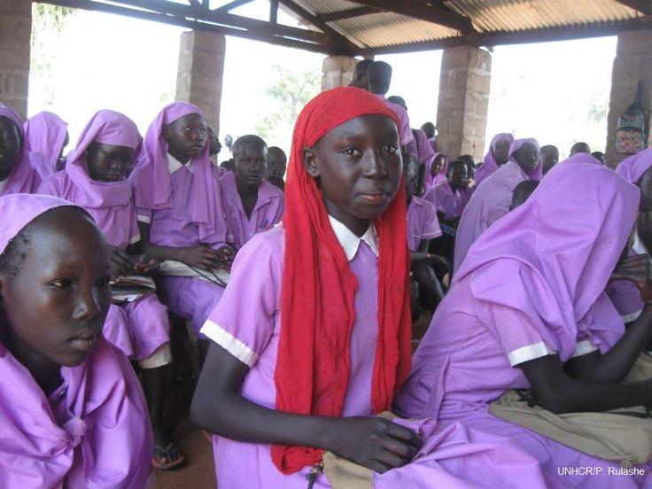 """""""Sono orgogliosa di essere una studentessa della scuola elementare Gamak perché la mia uniforme mi distingue dai bambini che non vogliono andare a scuola"""".  Nel campo Yusuf Batil in #SudSudan vivono oltre 10mila bambini tra i 5 e gli 11 anni. Di recente, l'introduzione di lampioni e lampade a energia solare ha permesso ai giovani studenti e alle loro famiglie di avere luce anche la notte."""