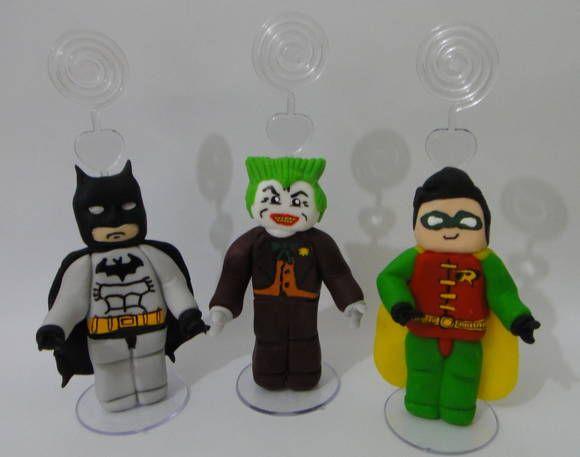 Personagens do jogo Batman Lego modelados em porcelana fria (biscuit), com aplicação de espiral porta recado/foto. Uma lembrancinha diferente e original, que a criançada ama!!!    O valor corresponde a unidade, no fechamento de seu pedido por favor informe quais modelos irá querer. Confeccionamos todos os personagens!    Estas lembrancinhas vêm embrulhadas com saquinho, fita de cetim e cartãozinho personalizado.    PEDIDO MÍNIMO - 10 PEÇAS    *** IMPORTANTE *** No preço não está incluso o…