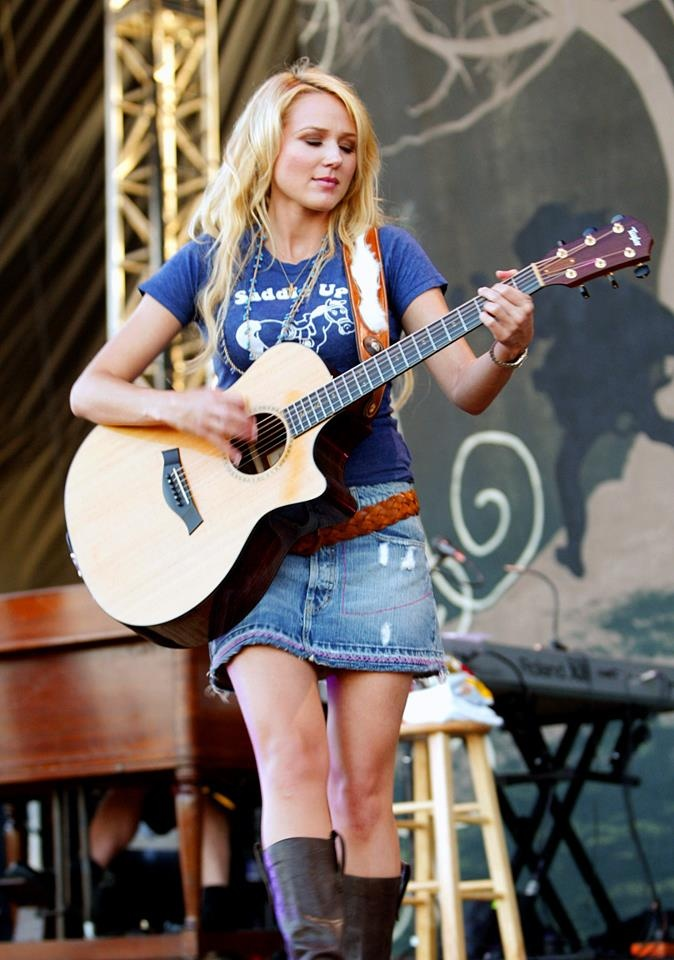 Jewel❤ ❤ ❤So lovely but her gift of music is bliss,