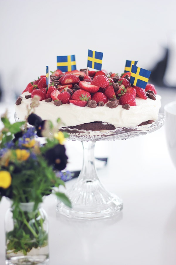 midsommar tårta!! same in all scandinavia -- they/we have FLAGS handy all the time, since there's so much similarity since we were all one, at one time... not that long ago!