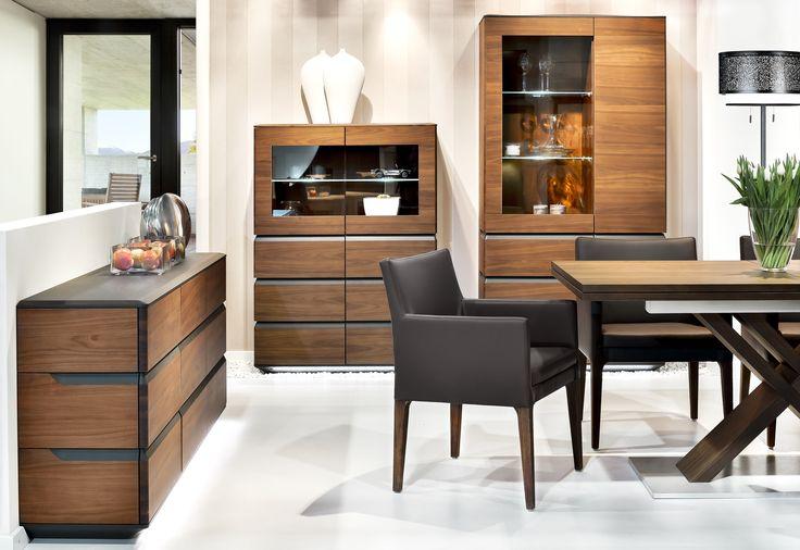 Drewno intensywnie wybarwione skonfrontowano z elementami w kolorze antracytu, kolekcja mebli Klose.