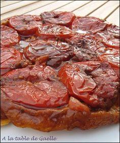 TESTÉE : UNE TUERIE A REFAIRE !!! ideal pour une entree ou accompagnée d'une salade verte au dîner. Tatin tomates (j ai mis tous les ingrédients ensemble sur le feu puis j ai versé toute la sauce dans le plat, sur les tomates et ensuite j ai ajouté la pâte). Réduire la quantité de beurre. Moins les tomates rendent de l eau et plus le sirop sera concentré. Compter 2 tomates / pers.