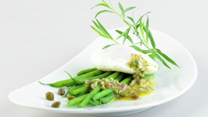 Posjert egg med aspargesbønner og ravigottesaus - Gjester - Oppskrifter - MatPrat