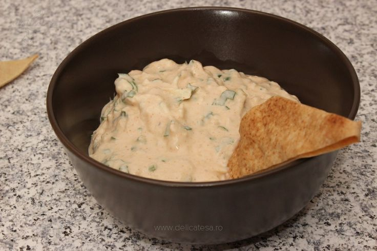 Sos de iaurt cu hrean şi brânză