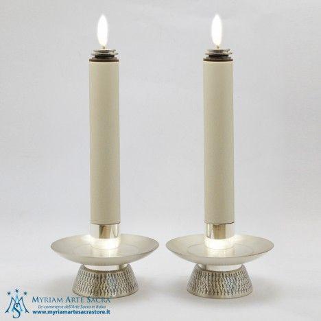 Coppia candelieri in ottone argentato.  Altezza cm. 8,5,  Bossolo: diametro cm. 4,2,  Base: diametro cm. 9.  GLI ARTICOLI SONO FORNITI SENZA CANDELA O FINTA CANDELA. None