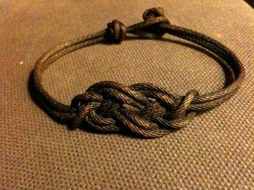 Aujourd'hui un petit tuto pour réaliser un très joli bracelet avec un noeud de carrick. Ultra simple à réaliser. Pour le réaliser, il faut juste travailler avec deux cordages en double. Le noeud s'exécute comme un noeud de carrick traditionnel. Le premier…
