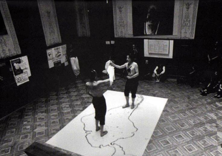 Las Yeguas del Apocalípsis en una de sus performances más memorables, bailando una cueca silenciosa sobre un mapa mudo de latinoamérica... cubierto de vidrios rotos.