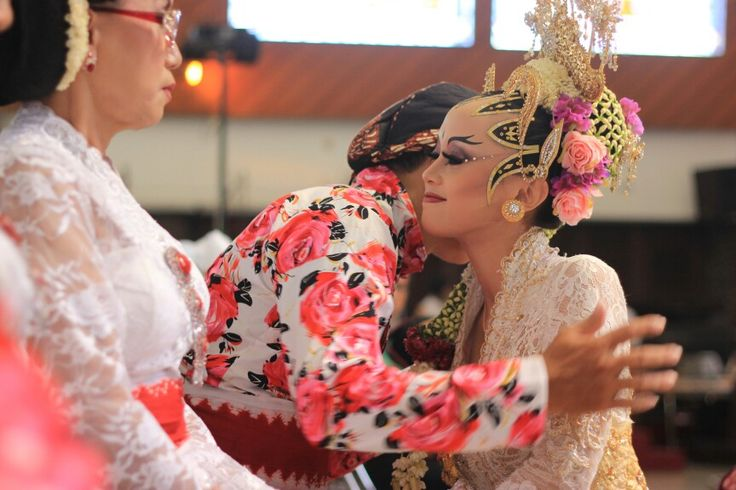 Sungkeman tradition to respect beloved parent