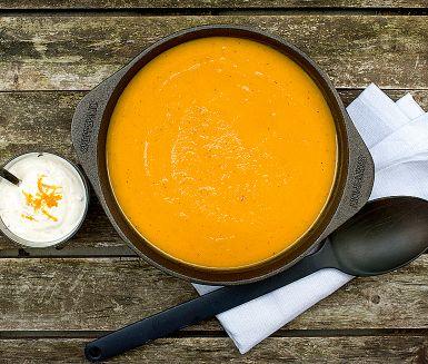 Soppa på pumpa är den perfekta höstmaten! Den här pumpasoppan blir extra lyxig med en skvätt vitt vin och ger ett hett sting av chili, halvera mängden för en mildare smak. Bjud med en klick ingefärsyoghurt och gärna ett gott bröd.