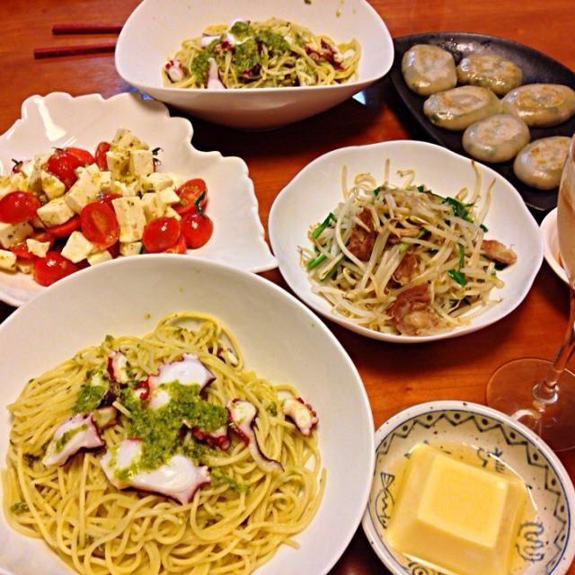風邪でダウンしてから  うどん や 雑炊 残り物鍋などばかりで… 1週間ぶりに ちゃんと作った感じだわ❗️ - 7件のもぐもぐ - タコのジェノベーゼ風パスタ  ミニトマトのカプレーゼ  ニラもやし炒め  ニラ饅頭 by miyuyasushima