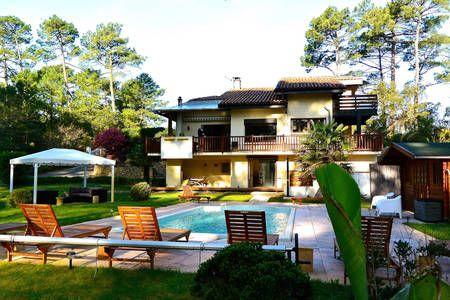 Regardez ce logement incroyable sur Airbnb : Villa dans la forêt : plage, surf et zen attitude - Villas à louer à Seignosse