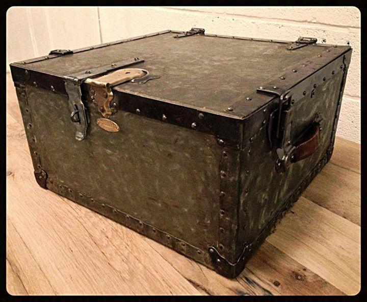 malle militaire us marque oshkosh trunks antiquit s industrielles pinterest antiquit s. Black Bedroom Furniture Sets. Home Design Ideas