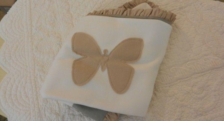 copertina neonato bebe in pile bianco e cotone ricamo farfalla - Jardin de Lavande - Soffice, morbida e confortevole: una morbida nuvola per avvolgere il vostro bebe.