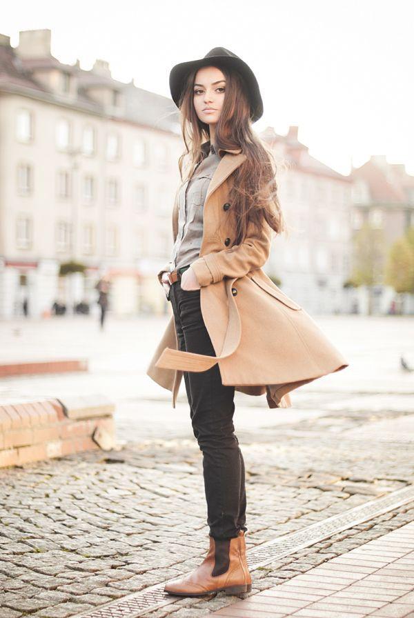 beige Mantel, graues Businesshemd, schwarze enge Jeans, braune Chelsea-Stiefel aus Leder für Damen