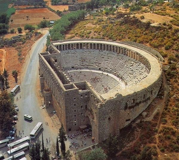 Aspendos , a 45 Km da Antalia : Veduta aerea del Teatro , il monumento più importante del sito archeologico . La Scena era lunga 62 metri e profonda 4 , con una Fronte alta 20 metri . La Cavea ,un semicerchio del diametro di 95 metri , aveva 40 file di gradini e poteva contenere 7.000 spettatori . [Visitato]