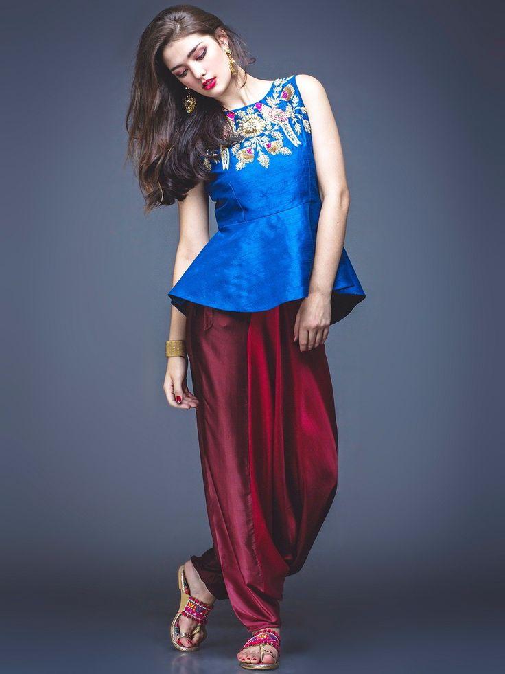 Синяя блузка без рукавов, украшенная пайетками   бордовые индийские брюки