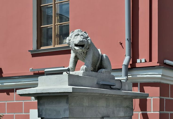 Moscow. The former English Club, currently (2016) — the Museum of Contemporary History of Russia (Tverskaya, 21). A figure of a lion on a pylon of the gate. 1806—1811. Photo by Dmitry Ivanov. 2016. #19century #sculpture