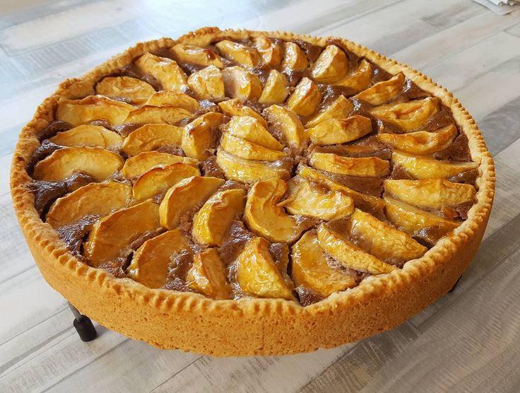 Uhh deliciaaas selfmade Oatmeal-Apple-pie mit saftiger Peanutbutter proteincremefüllung!!   Das geilste seit langem!!  ! !   frisch geerntete Äpfel aus dem Garten!   14kg Kuchen direkt mal als Nachtisch gegessen aber das geht klar der hatte nur 900kcal und10g fett Dank peanut spread von @bulkpowders_de .  High carb und high protein. Ich hab mich mal wieder selbst übertroffen und das aus einer spontanen Laune heraus.   Und nö es gibt kein Rezept weil ich bis auf die PuddingOats (dat youtube…