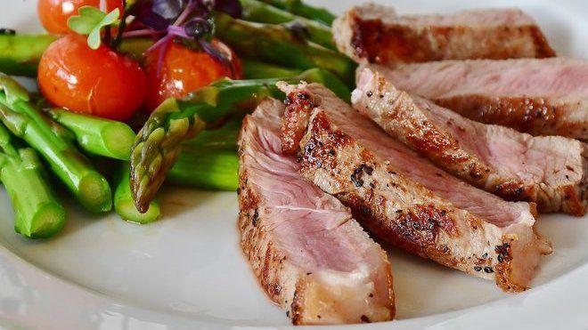 Moderní je maso nejíst? A je to vlastně i zdravé, když se to vezme kolem a kolem. Je tu ale jeden háček. Maso je hlavní zdroj vitaminu B12.
