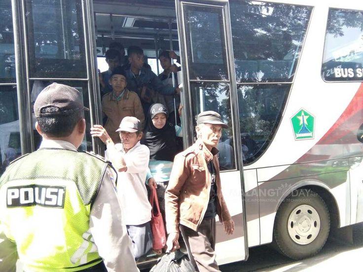 Angkutan Umum Mogok, Puluhan Armada Diterjunkan https://malangtoday.net/wp-content/uploads/2017/03/moda-trasportasi-pemkot-malang-2.jpg MALANGTODAY.NET– Aksi mogok sopir angkutan umum masih terus berlanjut hingga pagi ini. Akibatnya, ratusan penumpang pun terlantar dan terpaksa menaiki moda transportasi yang disediakan oleh pemerintah Kota Malang. Kasi Pengendalian dan Ketertiban Orang Bidang Pengendalian Ketertiban Dinas... https://malangtoday.net/malang-raya/kota-ma