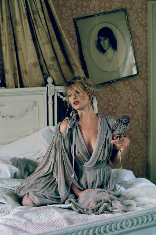 Kate Moss, dans un décor super dramatique || Kate Moss in a very dramatic setting. #fashion #beauty - #TimWalker ☮k☮