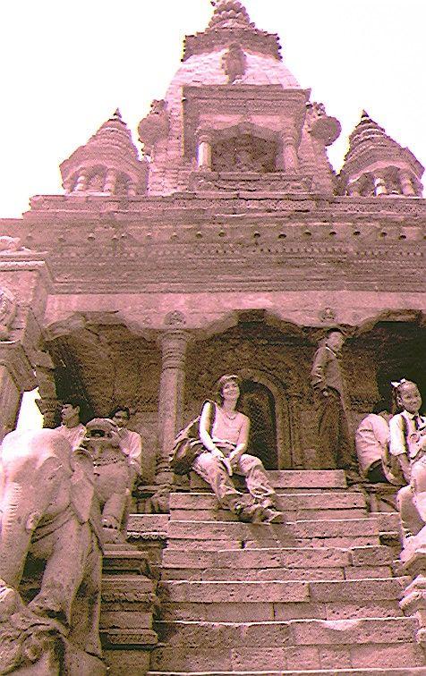 sulla gradinata di un tempio