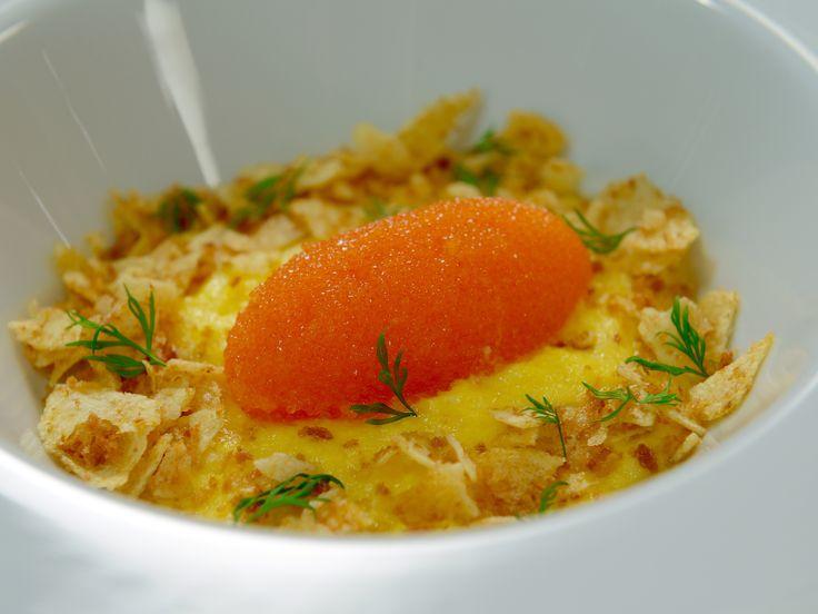 Krämig äggröra med löjrom och chips | Recept från Köket.se