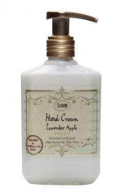 Hand Cream Lavender Apple - Sabon - 19,95 - Een beschermende en kalmerende handcrème. Bevat Shea boter en Aloë Vera die de huid ontspannen en kalmeren. Zonder Parabenen of minerale olie. De creme trekt direct in de huid. Geschikt voor alle huidtypen.