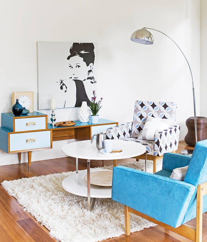 Odnowione meble z połowy XX wieku to dwa fotele, stolik i fantazyjna komódka z częściowo pomalowaną na niebiesko okleiną. Lata 50. i 60. to szaleństwo geometrycznych wzorów – jak ten na fotelu – śmiałe użycie chromowanej stali i… niezapomniane gwiazdy filmowe.