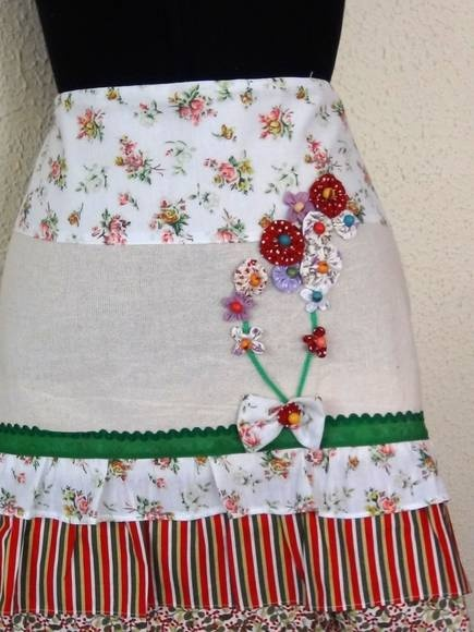 Avental meio corpo em algodão cru, babado em algodão e aplicação de flor de fuxico. R$50,00