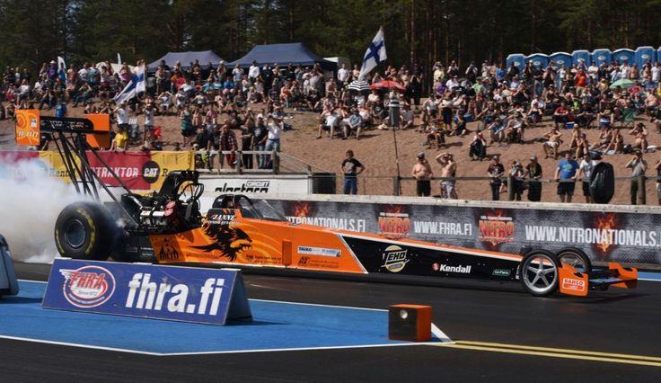 Mäkihyppääjänäkin tunnettu Janne Ahonen esittelee American Car Show -tapahtumassa ART Racingin ensi kesän EM-koitoksiin tarkoitetun Top Fuel -dragsterin. Kaluston esittelyn yhteydessä Janne Ahonen kertoo kisasuunnitelmistaan noin 8 000-hevosvoimaisen auton puikoissa. Top Fuelin tehon lähteenä on nitrometaani eli käytännössä nestemäinen räjähdysaine. Auto kiihtyy nollasta sataan puolessa sekunnissa, neljän sekunnin kuluttua startista vauhtia on jo noin 500 kilometriä tunnissa. Jannella on…