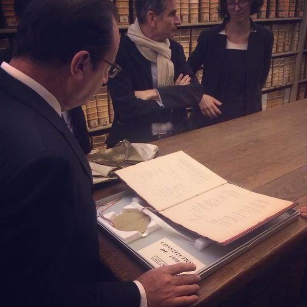 Archives nationales : François Hollande examine l'original scellé de la Constitution de 1958