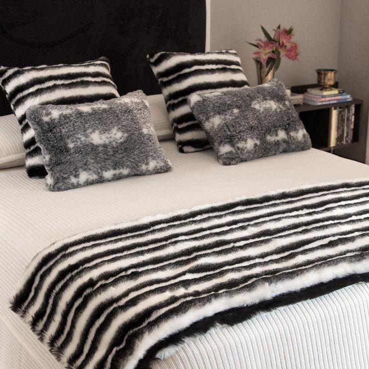 A clássica combinação de listras, preto e branco fazem da Manta de pele Estocolmo a companhia perfeita para decorações clássicas e sofisticadas! Seu forro ultra macio e confortável é perfeito para esquentar tanto no sofá quanto ao pé da cama e promete deixar nossos finais de semana e fins de tarde ainda mais relaxantes! Combine com as almofadas da mesma linha para criar looks bem elegantes e atemporais! Shop online> http://www.lolahome.com.br/manta-de-pele-estocolmo-713.aspx/p