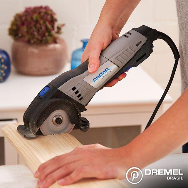 Passo 3: Agora, corte a madeira que será usada para fixar os cabides cortados. Pode ser uma chapa de cerca de 15mm, e o comprimento vai depender da quantidade de cabides que você quer usar. Considere um espaço de 8cm entre cada um deles.
