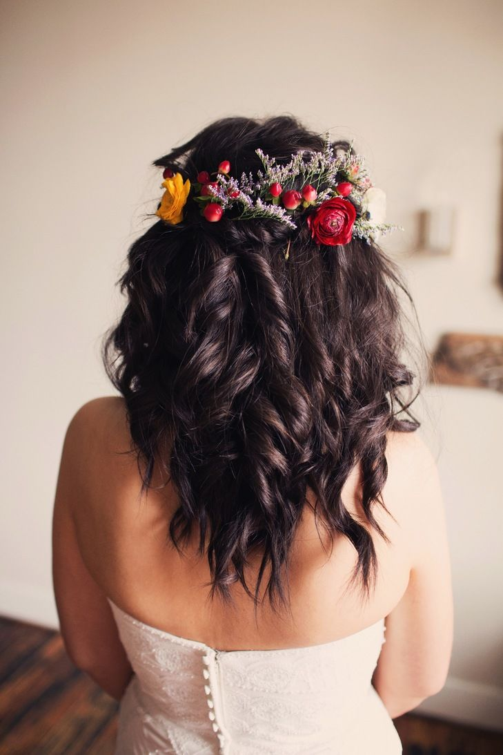 Soft curls and flowers keep the hair simple (but still ...