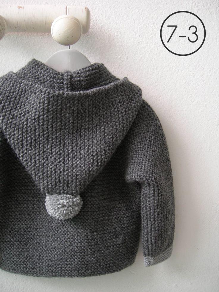 Cazadora para bebe hecho a punto bobo de color gris con capucha. Puños y pompón de capucha en gris claro y, pompones de distintos colores en cremallera. Interior en lunares. http://www.libelulahandmade.com/