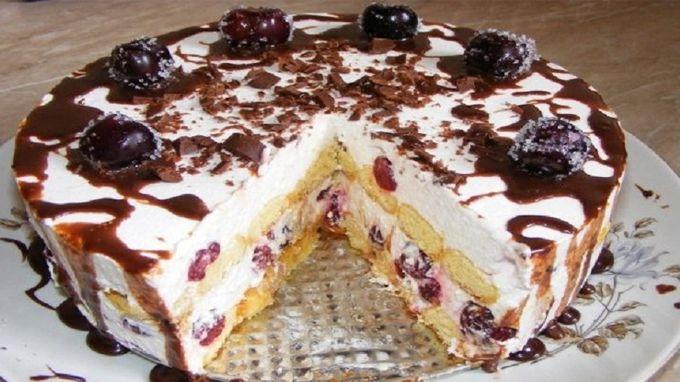 Tento krémový dort nejen úžasně vypadá, ale takový i je. Je bohatý na krémovou náplň. Jestli i Vy milujete třešně, v tomto dortu jich je ohromná spousta. S tímto faktem dopředu počítejte. Jde opravdu o třešňový dort se vším všudy. Nečekejte proto pár kousků třešní. Zamilujete si jej po jediném soustu. Když se krémová náplň